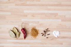 Poivre de piment, feuille de laurier, poivre noir, sel Photos stock
