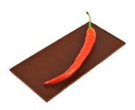Poivre de piment rouge au-dessus de barre de chocolat Images stock