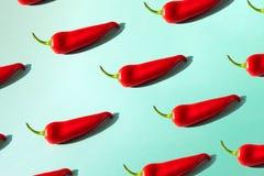 Poivre de piment rouge sur un fond vert isométrique photos stock