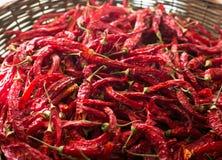 Poivre de piments d'un rouge ardent dans le panier en osier photographie stock libre de droits