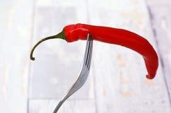 Poivre de piments rouges sur la fourchette Image libre de droits