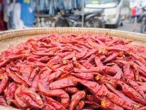 Poivre de piments sec frit dans le panier images stock