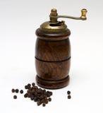 Poivre noir avec un moulin Photographie stock libre de droits