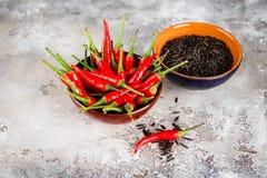 Poivre noir cru de riz et de piment Photographie stock libre de droits