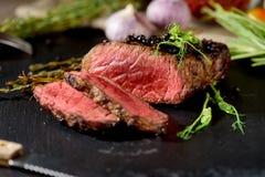 Poivre rectangulaire de plat de noir rare de bifteck photographie stock
