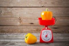 Poivre sur les échelles rouges de cuisine Photographie stock libre de droits