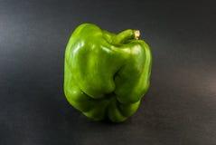 Poivre vert sur le fond noir Image stock