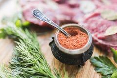 Poivrez avec des épices, aneth, persil, viande fraîche Photos stock