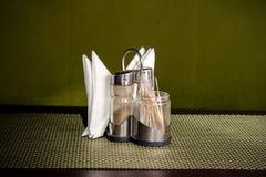 Poivrez le dispositif trembleur, le dispositif trembleur de sel et les serviettes sur le support Image stock
