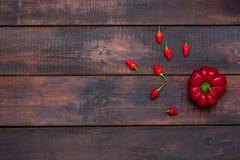 Poivron amer et doux frais sur le fond en bois de table Photos stock