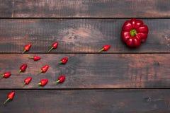 Poivron amer et doux frais sur le fond en bois de table Photo stock