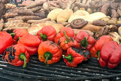 Poivron doux cuit au four, pain, saucisse et viande rôtie sur le gril Photographie stock libre de droits