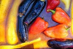 Poivron jaune et rouge de salade jaune et rouge de paprika et aubergine doux en marinade pour griller avec des épices en marinade Photos stock