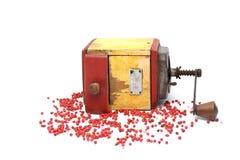 Poivron rouge avec le vieux moulin de poivre sur le blanc photos stock