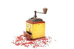 Poivron rouge avec le vieux moulin de poivre sur le blanc photographie stock