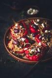 Poivron rouge bourré avec le millet, le chorizo, le feta et l'olive grecque photo libre de droits