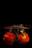 Poivron rouge dans l'eau Images stock
