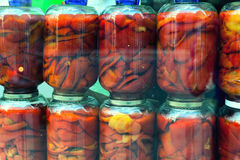 Poivron rouge dans le pot en verre photographie stock