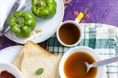 Poivron sain de soupe à thé de pain de vue supérieure de petit déjeuner de matin Photos libres de droits