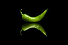 Poivron vert sur le fond réfléchi noir Image libre de droits