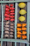 Poivrons, amandes et citrons sur une table Images stock