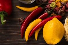 Poivrons amers et doux avec le citron et les pâtes Ingrédients pour les paraboloïdes italiens Plan rapproché Photo stock