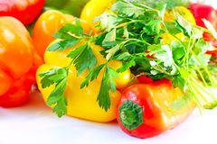 Poivrons, aneth et persil colorés sur la table Photographie stock