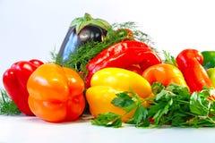 Poivrons, aubergine, aneth et persil colorés sur la table Images libres de droits
