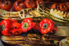 Poivrons, aubergines, tomates et courgette rôtis et légèrement brûlés photos stock