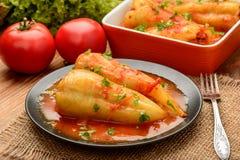 Poivrons bourrés cuits au four avec la sauce tomate Photos stock