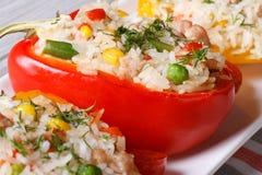 Poivrons bourrés du riz, des légumes et du macro de viande horizontal Photographie stock libre de droits