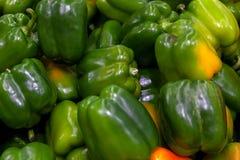 Poivrons bulgares verts, mûrs, colorés avec les points jaunes sur le Th image stock