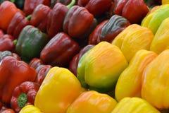 Poivrons colorés de paprika au marché Photos stock