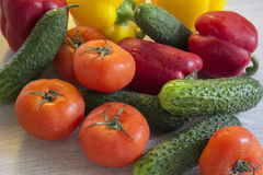 Poivrons, concombres délicieux et colorés et tomates se trouvant dessus image libre de droits