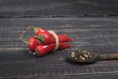 Poivrons d'un rouge ardent sur un fond en bois Photographie stock libre de droits