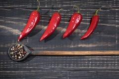 Poivrons d'un rouge ardent sur un fond en bois Photo stock