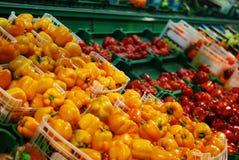 Poivrons dans un supermarché Photo libre de droits