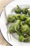 Poivrons de cerise verts d'un plat Photo stock