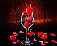 Poivrons de piment d'un rouge ardent en verre Image stock