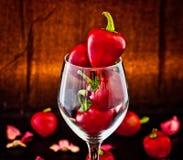 Poivrons de piment d'un rouge ardent en verre photos libres de droits