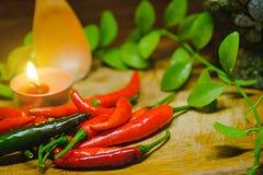 Poivrons de piment d'un rouge ardent frais sur le fond en bois rustique Photo libre de droits