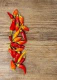 Poivrons de piment d'un rouge ardent sur le fond en bois Image libre de droits