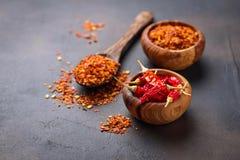 Poivrons de piment d'un rouge ardent sur le fond rouillé Photographie stock libre de droits