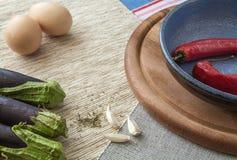 Poivrons de piment rouge avec des oeufs sur une table en bois Photo libre de droits
