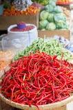 Poivrons de piment rouge sur le marché Photos stock