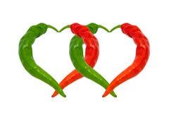 Poivrons de piment rouges et verts dans l'amour Coeurs composés de pepp chaud Images stock