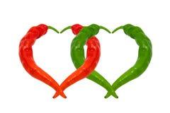 Poivrons de piment rouges et verts dans l'amour Coeurs composés de poivrons Photo stock