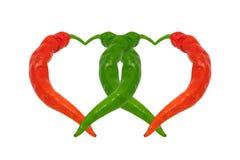 Poivrons de piment rouges et verts dans l'amour Coeurs composés de poivrons Photos libres de droits