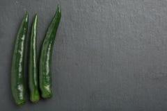 Poivrons de piment verts sur le fond foncé Images libres de droits