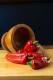 Poivrons de piments d'un rouge ardent sur le fond en bois Foyer sélectif Image libre de droits